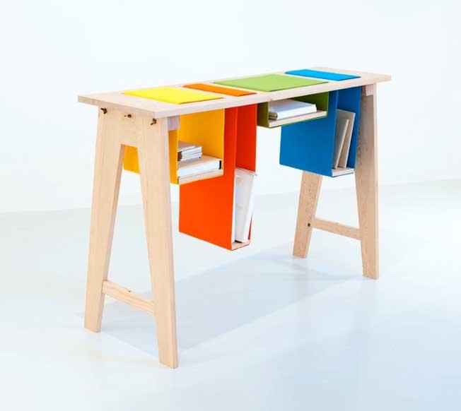 Высокий стол с разноцветными ящиками для хранения