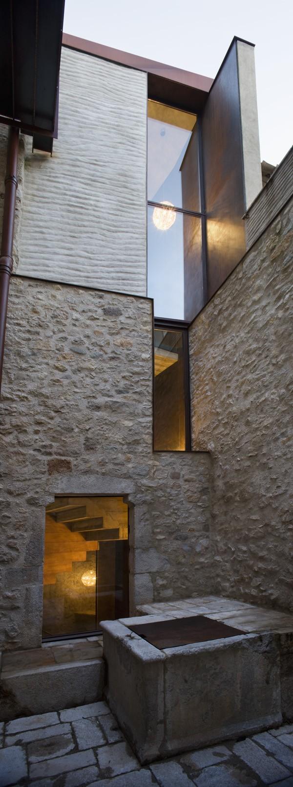 Современное остекление в старом доме средневековой постройки