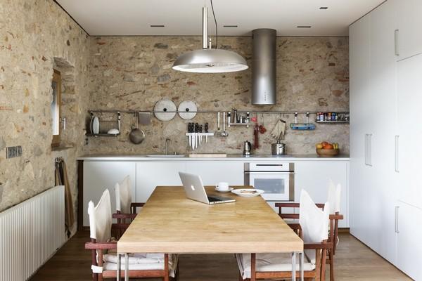 Кухня с открытыми полками и фактурными стенами