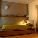 Интерьер спальни на втором этаже городских апартаментов