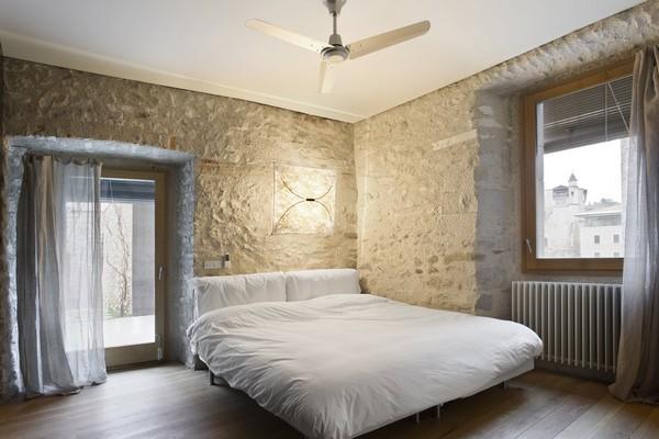 Спальня с массивной кроватью; переделка старого дома