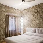 Спальня, фактура стен -- настоящая каменная кладка 16-го века