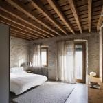 Интерьер спальни со старинным балочным потолком