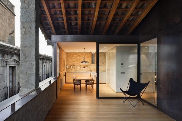 Открытая веранда в совремнном городском доме