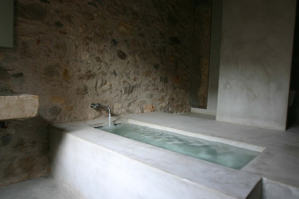 Утопленная ванна отделанная белым мрамором