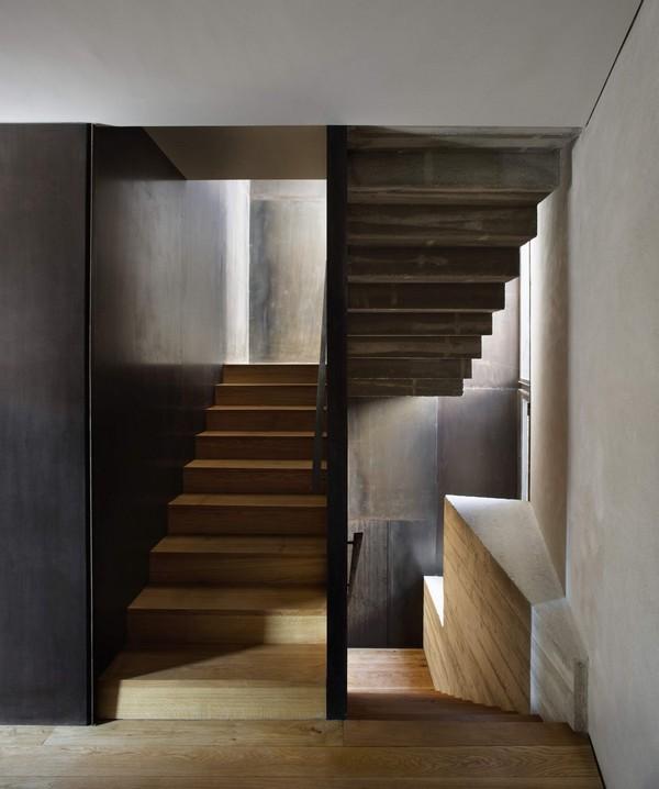 Деревянная лестница в городском доме