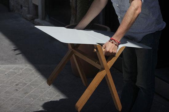 Стол имеет две удобные ручки, которые служат для переноски