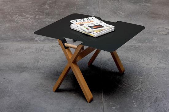 Компактный стол с черной столешницей