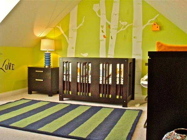 Рисунки на стенах детской комнаты, деревья на зеленом фоне
