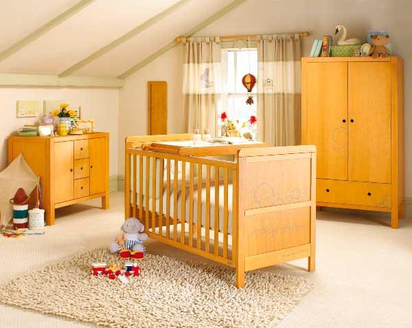 Детская комната в светлых тонах и набор детской мебели натурального цвета
