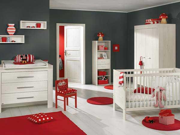 Сочетание красного цвета и темно-серых стен в интерьере детской комнаты
