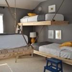 Кровати подвешенные к потолку и стенам в несколько ярусов