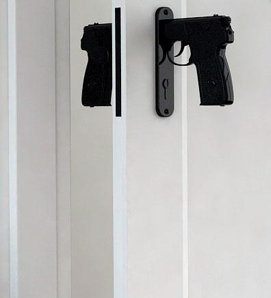 Оригинальные дверные ручки в виде рукоятки пистолета