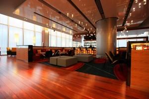 Дизайн интерьера. Кафе в отеле Мариотт -- напольное покрытие -- красная вишня