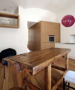 Модный современный рабочий стол, переделанный из старого столярного верстака