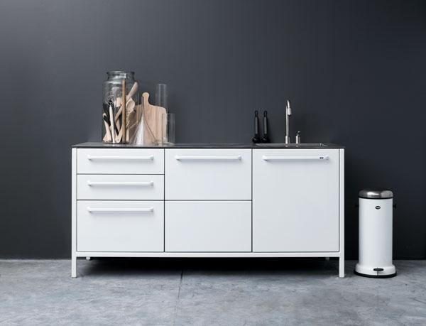 Белая железная кухня с разными модулями