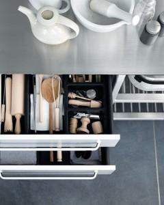 Нержавейка в кухонной мебели, столешница и выдвижные ящики