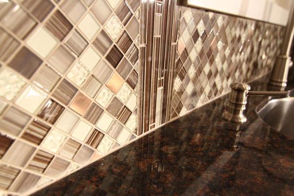 Плитка с клеевой основой из полимерных материалов