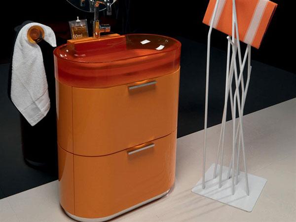 Мебель для ванной комнаты оранжевого цвета с красной мойкой