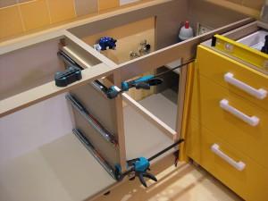 Монтаж ящиков в самодельной кухне