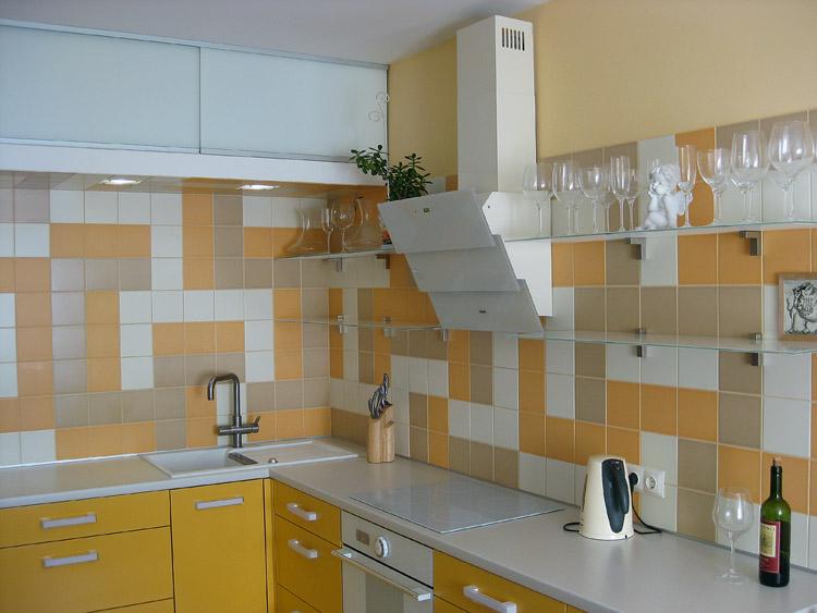Мозаичный фартук и белая вытяжка на кухне по собственному проекту