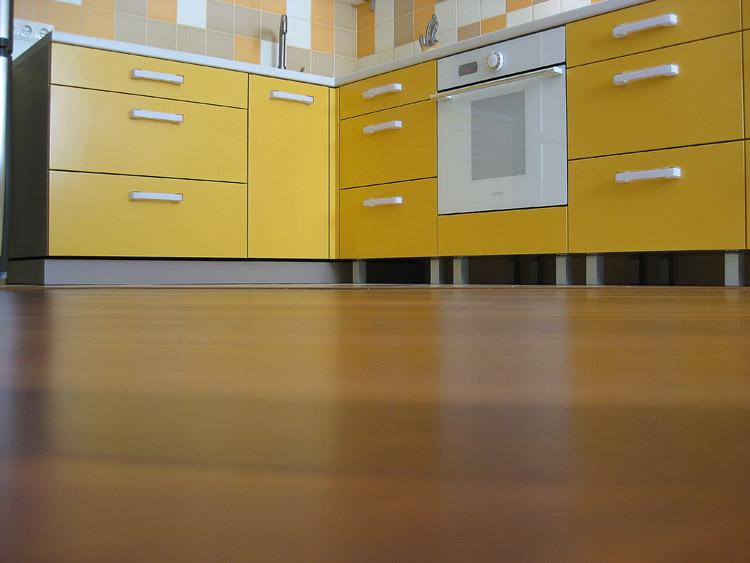 Самодельная кухня радостного желтого цвета