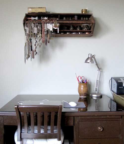 Переделка мебели -- старый деревянный ящик как оригинальные полки
