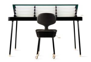 Письменный стол с папками для бумаг под столешницей