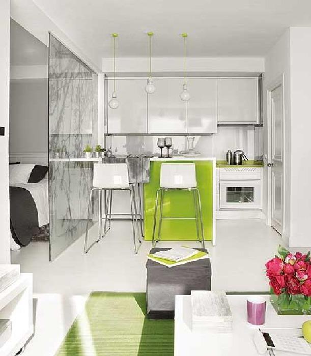 Светлая кухня с ярким зеленым акцентом