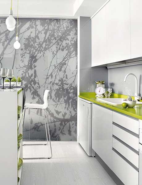 Светлая белая кухня с зеленой столешницей
