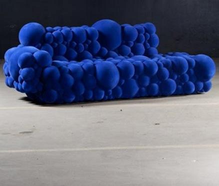 Оригинальный бескаркасный диван из вспененного материала