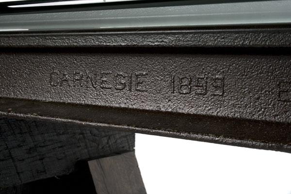 Надпись на рельсе используемой в производстве уникальной дизайнерской мебели