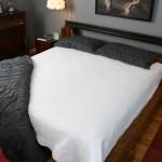 Кровать из брусков собранных из старых железнодорожных шпал