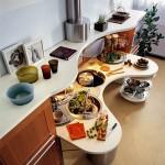 Кухня с волнообразной столешницей и круглыми вращающимися полками