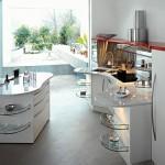 Открытая кухня с отдельно стоящей барной стойкой, светлая