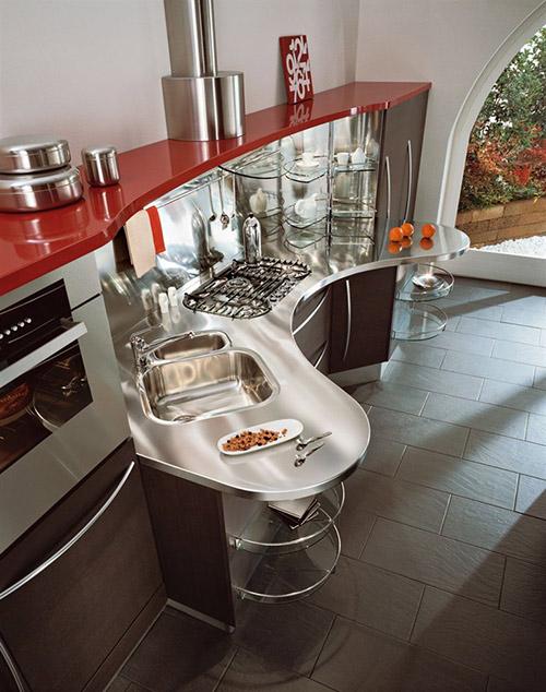 Яркая современная кухня, сочетание красного и металлика