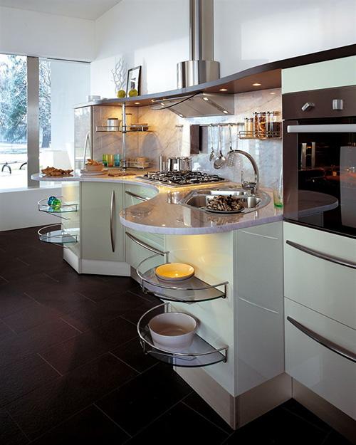 Современная светлая кухня оригинальной формы