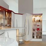 Современная кухня со шкафами с раздвижными дверцами