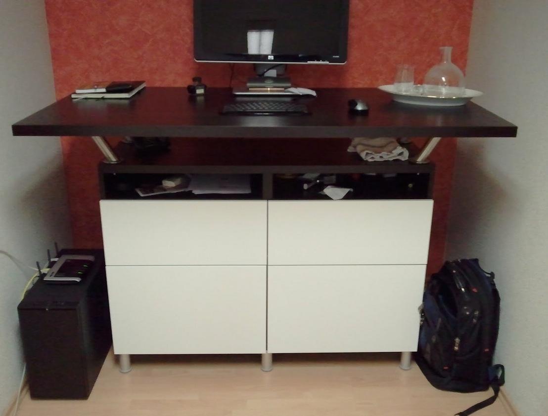 Компьютерный стол с приподнятой столешницей