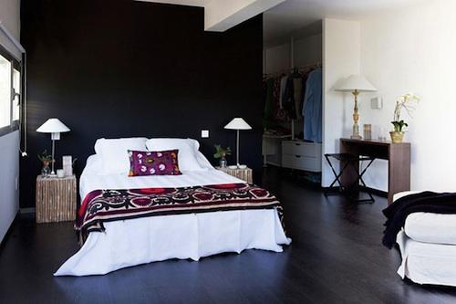 Спальня и гардероб на втором этаже дома из контейнеров