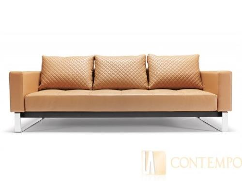 Удобный мягкий диван, обитый светлой кремовой кожей