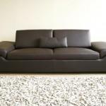 Низкий мягкий кожаный диван с удобными подлокотниками