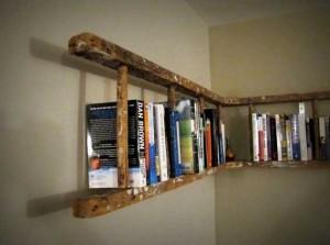 Оригинальные книжные полки из деревянной лестницы