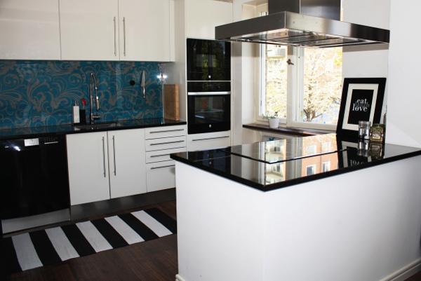 Кухня с широкой барной стойкой