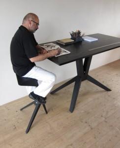 Дизайнерский рабочий стол с большой столешницей на металлических ножках