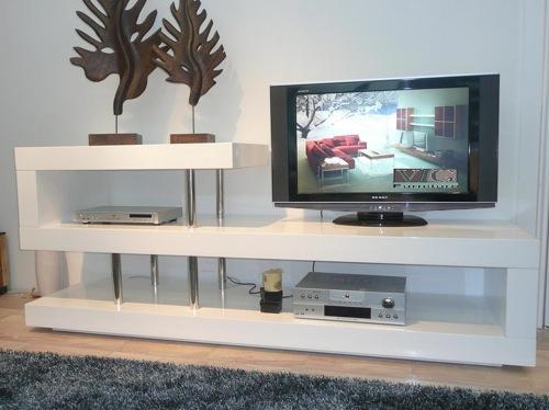 Полки под телевизор и аппаратуру белого цвета