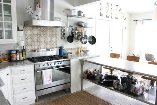 Фото современной кухни с фартуком из плитки в ретро стиле
