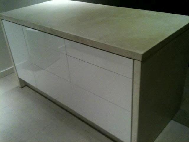 Отдельно стояшая кухня с бетонной столешницей