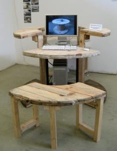 Компьютерный стол своими руками из деревянной катушки для кабеля