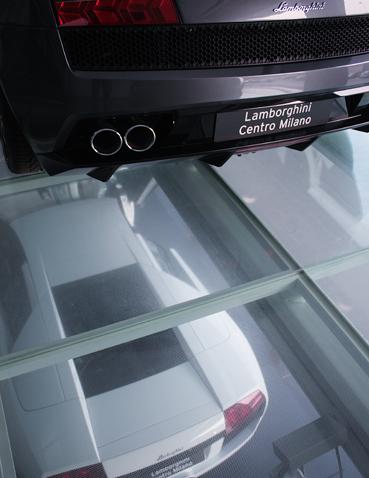 Пример применения прозрачных напольных покрытий с автосалоне